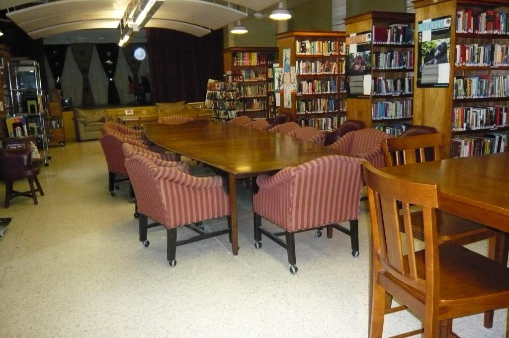 Library proper with stage/ Salón principal de la biblioteca con escenario